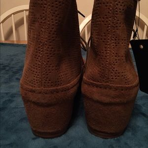 Emu Shoes - Emu size 8 camel colored wedge shoes